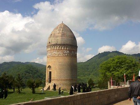 برج تاریخی لاجیم مانند یک شبه جزیره